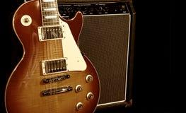 Guitarra eléctrica con el amplificador imagen de archivo libre de regalías