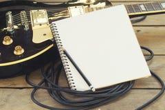 Guitarra eléctrica con la libreta imagenes de archivo