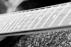 Guitarra eléctrica del fretboard blanco y negro del vintage Imágenes de archivo libres de regalías