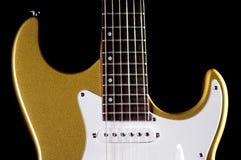 Guitarra eléctrica del oro en negro Foto de archivo