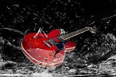 Guitarra eléctrica en agua Fotografía de archivo libre de regalías