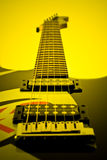 Guitarra eléctrica en amarillo-tono Imagen de archivo libre de regalías