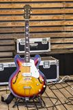Guitarra eléctrica en el fondo de una pared de madera Fotos de archivo libres de regalías