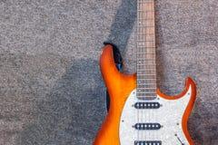 Guitarra eléctrica en el fondo gris Foto de archivo libre de regalías