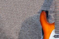 Guitarra eléctrica en el fondo gris Imágenes de archivo libres de regalías
