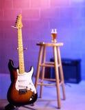 Guitarra eléctrica en escena de la barra Imágenes de archivo libres de regalías