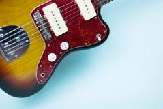 Guitarra eléctrica en fondo azul fotografía de archivo