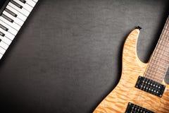 Guitarra eléctrica en fondo de cuero oscuro Fotos de archivo libres de regalías