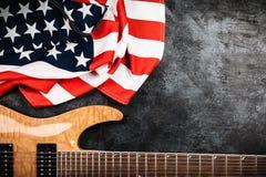 Guitarra eléctrica en fondo gris Imagenes de archivo