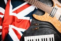 Guitarra eléctrica en fondo gris Foto de archivo libre de regalías