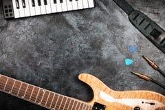 Guitarra eléctrica en fondo gris Fotografía de archivo libre de regalías
