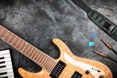 Guitarra eléctrica en fondo gris Imagen de archivo