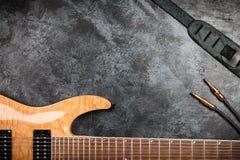 Guitarra eléctrica en fondo gris Imagen de archivo libre de regalías