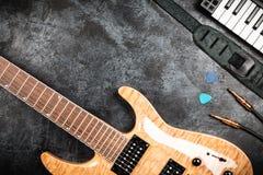 Guitarra eléctrica en fondo gris Fotografía de archivo