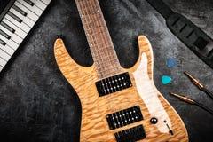 Guitarra eléctrica en fondo gris Foto de archivo