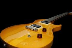 Guitarra eléctrica en fondo negro Imagen de archivo