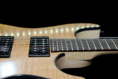Guitarra eléctrica en fondo negro Fotografía de archivo libre de regalías