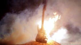 Guitarra eléctrica fijada en fite Quema en la cámara lenta metrajes