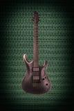 Guitarra eléctrica negra en fondo del techno Imagenes de archivo