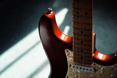 Guitarra eléctrica roja en crepúsculo cambiante foto de archivo libre de regalías