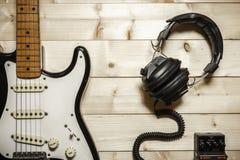Guitarra eléctrica vieja en el fondo de madera Fotografía de archivo libre de regalías