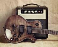 Guitarra eléctrica y amplificador Imagenes de archivo