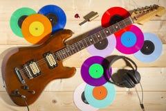 Guitarra eléctrica, 33 y 45 discos de vinilo, y auriculares Imagen de archivo