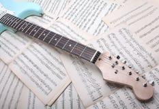 Guitarra eléctrica y hoja de música fotografía de archivo
