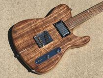 Guitarra elétrica ardida do estilo de Tejas T do koa Fotografia de Stock