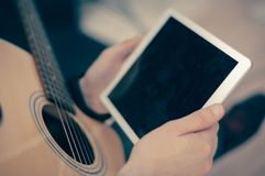 Guitarra elétrica com tabuleta branca Imagens de Stock