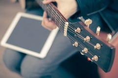 Guitarra elétrica com tabuleta branca Foto de Stock