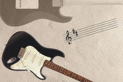 Guitarra elétrica da pauta musical e de corpo contínuo e parte traseira clássicas do corpo da guitarra na parte inferior do fundo Foto de Stock Royalty Free