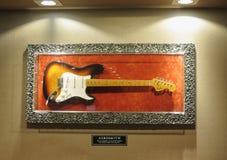 A guitarra elétrica de Stratocaster do para-choque assinou por todos os cinco membros o fotos de stock