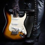Guitarra elétrica na frente do amplificador pegarado por uma mulher de Goth Imagens de Stock