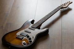 Guitarra elétrica no assoalho de madeira Fotos de Stock