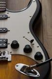 Guitarra elétrica no assoalho de madeira, detalhe Fotos de Stock Royalty Free