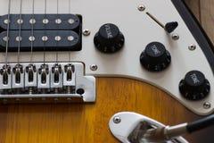 Guitarra elétrica no assoalho de madeira, detalhe Imagens de Stock Royalty Free