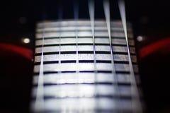 A guitarra elétrica vermelha no macro, cordas fecha-se acima, detalhe de instrumento do músico fotos de stock royalty free