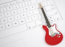 Guitarra eléctrica en el teclado Imagenes de archivo