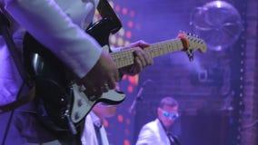 Guitarra electrónica del juego irreconocible del guitarrista en concierto almacen de metraje de vídeo