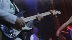 Guitarra electrónica del juego irreconocible del músico en concierto almacen de metraje de vídeo