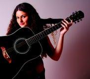 Guitarra em uma mulher Imagem de Stock Royalty Free