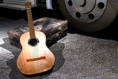 Guitarra en el camino Imagen de archivo libre de regalías