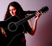 Guitarra en una mujer Imagen de archivo libre de regalías