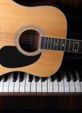Guitarra en viejos claves del piano Fotografía de archivo libre de regalías