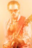 Guitarra expresiva de Player With Acoustic del guitarrista Tirado con el peine Fotos de archivo libres de regalías