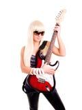 Guitarra joven del juego de la mujer de la roca aislada sobre blanco Imagen de archivo
