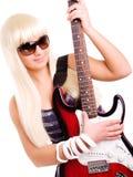Guitarra joven del juego de la mujer de la roca aislada sobre blanco Fotos de archivo