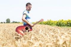Guitarra na natureza Imagens de Stock