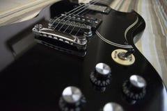 Guitarra negra del vintage foto de archivo